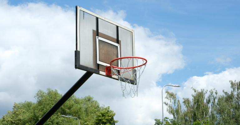 Vasara aktyviai ir turiningai: su krepšinio kamuoliu atnaujintose aikštelėse
