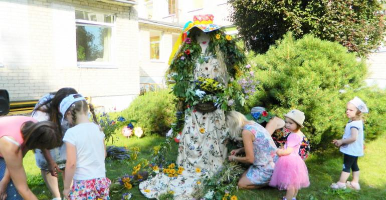 """Mažieji """"pasakiečiai"""" iš įvairių gėlių ir žolynų pynė vasarai kasas"""