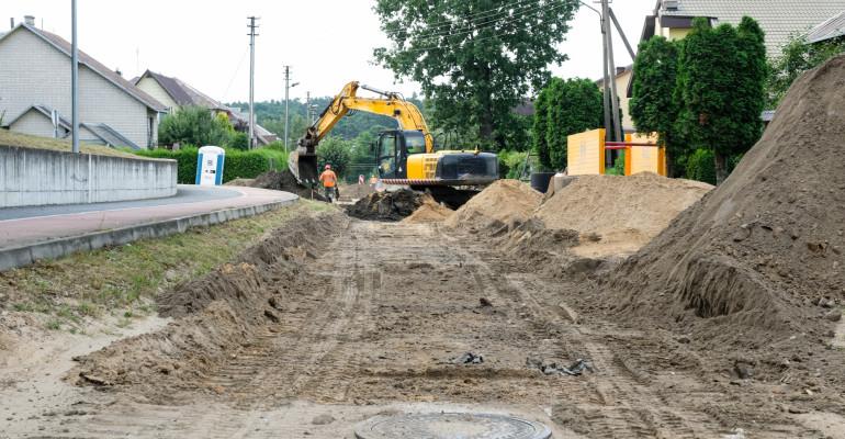 Devynias žvyruotas miesto gatves užklos asfaltas