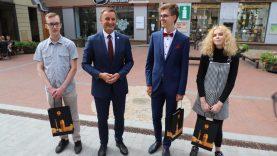 Pasveikinti geriausiai egzaminus išlaikę Šiaulių abiturientai
