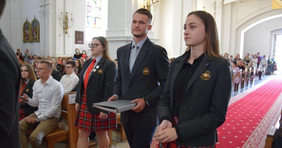 """Vilkaviškio """"Aušros"""" gimnazijos abiturientams įteikti brandos atestatai"""