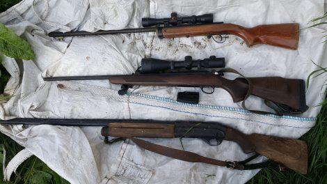 Raseiniškių namuose – nelegalūs ginklai, šaudmenys, naminė degtinė ir jos gamybos įranga