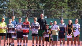 """Varėnoje krepšininkas Tautvydas Lydeka surengė treniruotę fondo """"Sporto viltys"""" projekte dalyvaujantiems vaikams"""