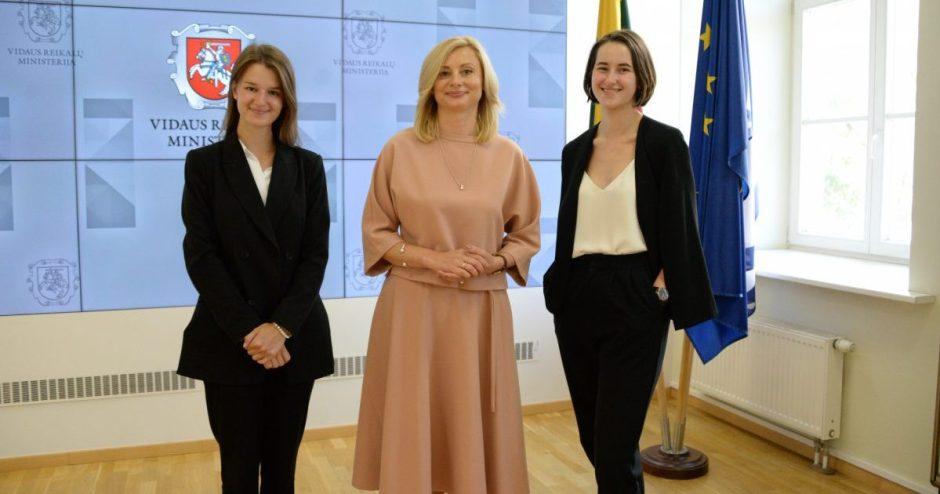 """Ministrė susitiko su projekto """"Moksleiviai – į Vyriausybę"""" dalyvėmis"""