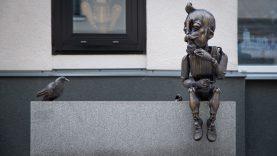 Prie Kauno lėlių teatro prisėdusi marionetė kviečia nusifotografuoti