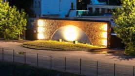 Apšviestas memorialas geležinkelio rampoje kviečia pagerbti tremtinių atminimą