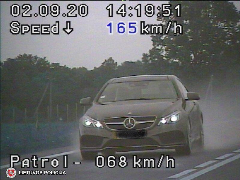 Automobilį lietui lyjant vairuokite atidžiai