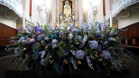 Ryškiaspalviais žiedais floristų išpuošta Šiluva pasitinka piligrimus