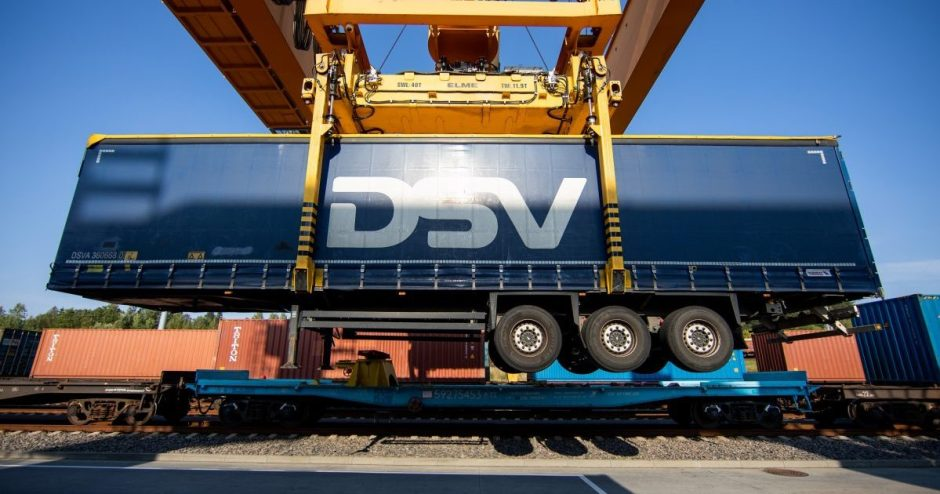 """Pagrindinėje šalies automagistralėje mažės vilkikų: """"LTG Cargo"""" traukiniu iš Klaipėdos į Vilnių pervežė pirmąją puspriekabę"""