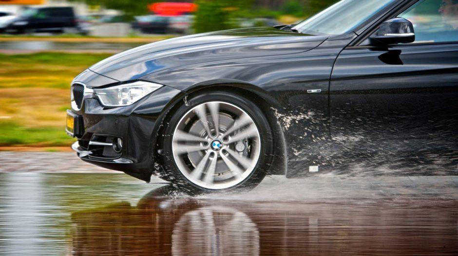 Kodėl rudenį lyjant reikia vairuoti ypatingai atsargiai?