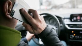 Pareigūnai tikrins, kaip vairuotojai elgiasi prie vairo. Už neleistiną mobiliojo telefono naudojimąsi vairuojant – gresia bauda