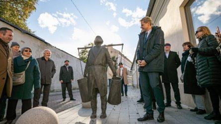"""Sostinę papuošė Romualdo Kvinto skulptūra """"Vandens nešėjas"""""""