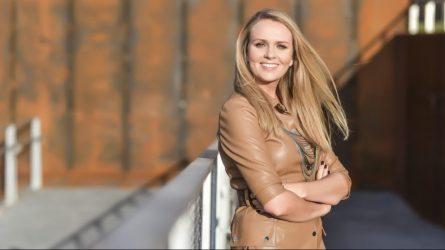 """Dainininkė Marija Akelan pristato rudenišką dainą ir vaizdo klipą """"Gelstantys lapai"""", kuriuo skelbia apie pradėtus naujojo albumo įrašus"""