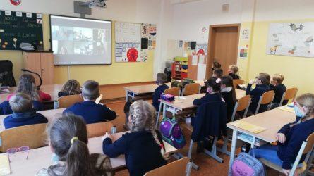 Mokiniai su knygų iliustratore susitiko virtualiai