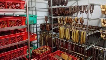 """Už  mėsos perdirbimo  įmonės ir jos produkcijos prekiautojų kyšojo """"šešėlio""""ausys (video)"""