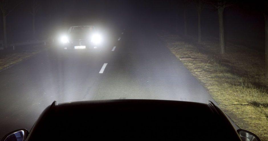 Neatsakingai naudojamos tolimosios žibintų šviesos – tiesus kelias į nelaimę