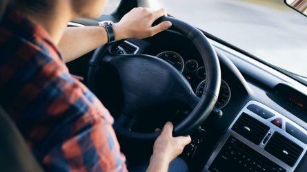 Nežymūs psichikos sveikatos sutrikimai nebebus kliūtimi vairuoti automobilį