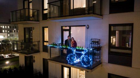 Įdomiausių Vilniaus kalėdinių balkonų dešimtuke – žibantis dviratis, vilties angelas ir kvietimas medituoti