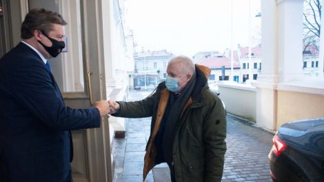 Kadenciją baigęs R. Karoblis Krašto apsaugos ministerijos vėliavą perdavė A. Anušauskui