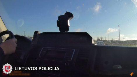 Kai nepavyko pasprukti, taranavo policijos pareigūnų automobilį (video)