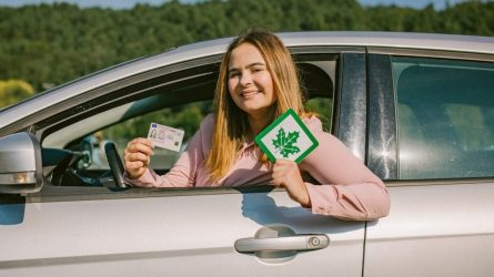 """""""Regitra"""" pratęsė per karantiną baigusių galioti pradedančiųjų vairuotojo pažymėjimų galiojimą"""
