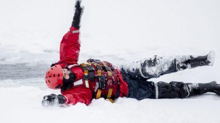"""Ugniagesiai gelbėtojai: """"Lipti ant ledo dar nėra saugu"""""""