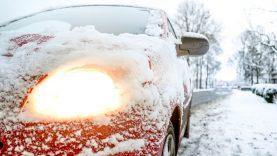 Šiltas vanduo, kumščiai ir tirpikliai – ką daryti užšalus automobilio durelėms ir langams?