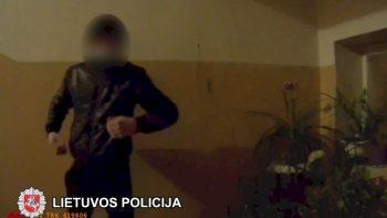 Pareigūnams priešinęsis COVID-19 sergantis smurtautojas atsidūrė areštinėje (video)