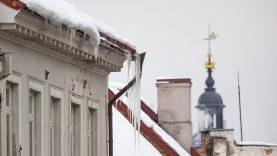 Vilnius primena, jog būtina pašalinti varveklius nuo pastatų fasadų