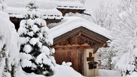 Pastatų savininkai raginami nuo stogų pašalinti susikaupusį storą sniego sluoksnį