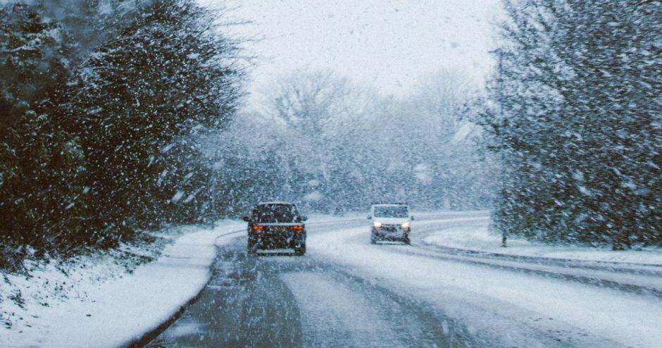 """Šiomis dienomis keliuose gali pasirodyti žiemos pavojus – """"juodasis"""" ledas"""