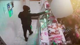 Ginklo nepabūgusi pardavėja plėšikui sukėlė šoką (video)