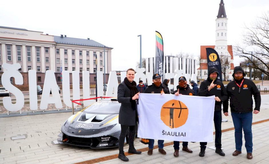 Šiaulių superautomobilis palydėtas į lenktynes