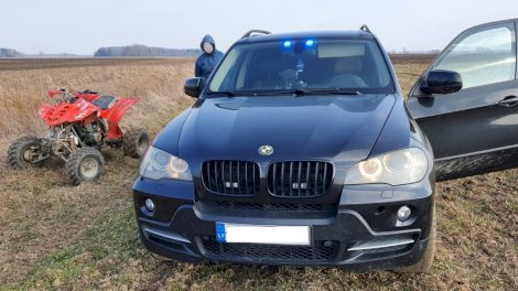 Pareigūnų stabdomas keturračio vairuotojas nestojo: bėgo nuo policijos, tačiau pasprukti nepavyko (video)