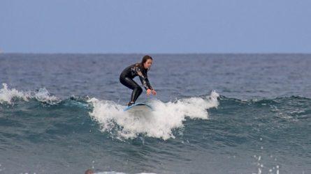 9-metė banglentininkė laiko dar atranda ir šuolių į vandenį, ir karatė treniruotėms