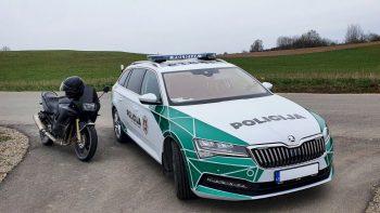 Pareigūnų stabdomas motociklo vairuotojas nestojo, tačiau pasprukti nepavyko (video)