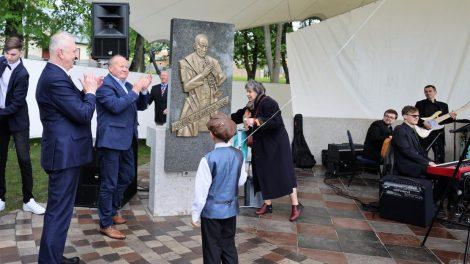 Vilkijos amfiteatre – pagarbos ženklai L. Armstrongo įtėviams