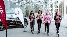 """Žavūs """"Ladies Go"""" dalyvių ekipažai, žymūs Lietuvos lenktynininkai, """"SERES"""" elektromobilių slalomas ir kareiviškos rungtys"""