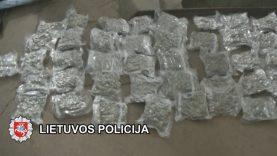 45 m. moters automobilyje pareigūnai aptiko apie 11 kg. įtariama narkotinių medžiagų (Video)