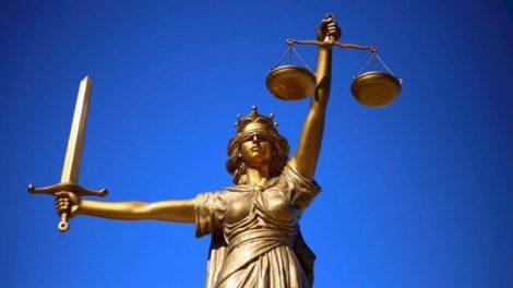 Planas apiplėšti anytą moterį vėl pasodino į teisiamųjų suolą