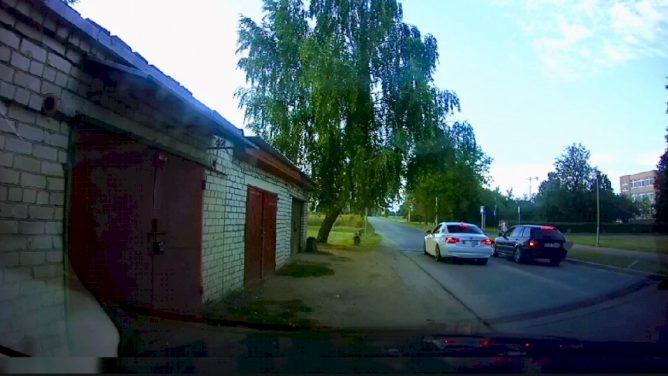 Pareigūnai nutraukė nelegalias automobilių lenktynes (video)