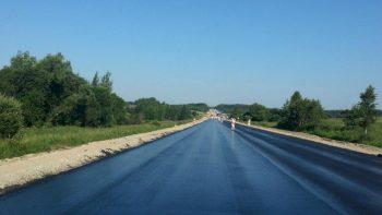 Užsitęsę karščiai veikia asfalto dangą – rekomenduojama vairuoti atidžiau ir laikytis saugaus atstumo