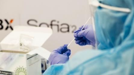 COVID-19 persirgusiems ar pasiskiepijusiems pacientams galės būti taikomos testavimo išimtys