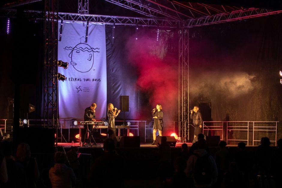 """Melomanai mėgavosi performatyvios poezijos ir muzikos festivaliu """"Ir ežeras turi ausis"""""""