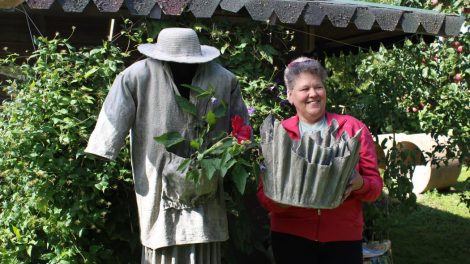 Kūrybingos moters rankose net sena šluostė tampa menišku vazonu