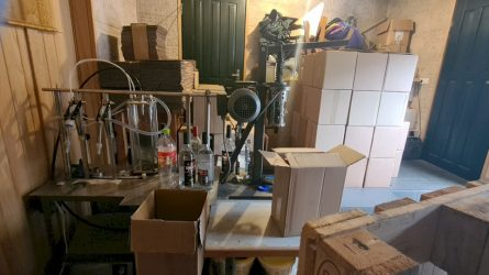 Smūgis kriminaliniam šešėliui - kriminalistai sutriuškino nedenatūruoto etilo alkoholio gamybos ir realizacijos tinklą (video)