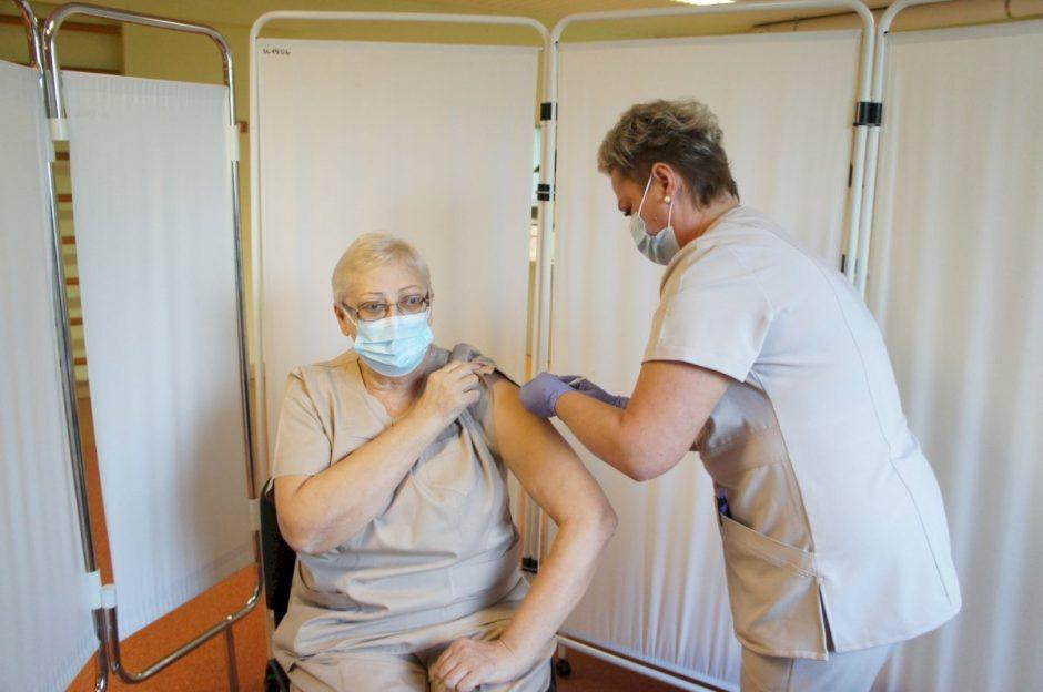 Pradėta ligoninės medikų revakcinacija trečiuoju COVID-19 skiepu