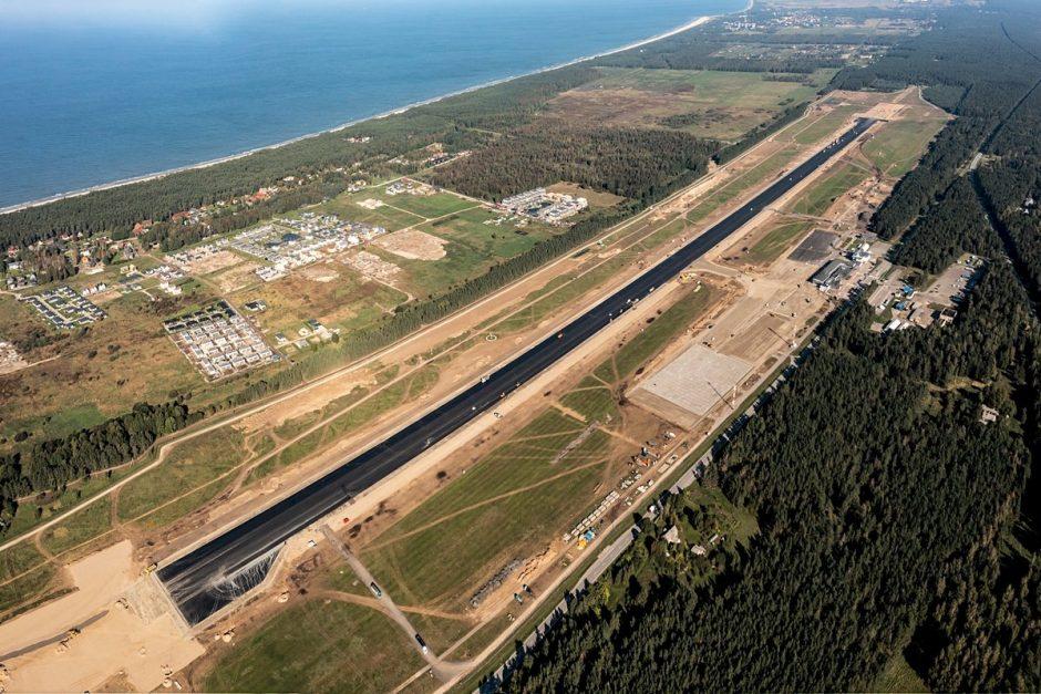Palangos oro uosto rekonstrukcijoje – tarpinis finišas: baigti kilimo-tūpimo tako asfaltavimo darbai