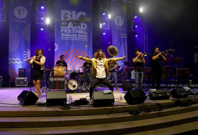 """Dvi dienas trukęs festivalis """"Big Band Festival Šiauliai 2021"""" šiauliečius žavėjo programos įvairove – Nuotraukos iš Šiaulių miesto koncertinės įstaigos """"Saulė"""" archyvo."""