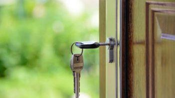 Kaip atrakinti spyną be raktų?